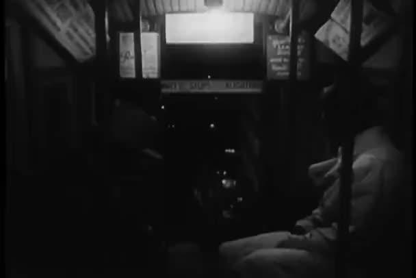 Los hombres que viajan en los angeles inclinan vagón — Vídeo de stock