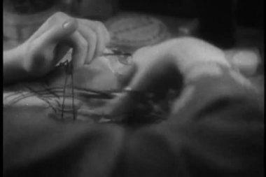 Vrouw opening perceel met een sieraden doos binnen — Stockvideo