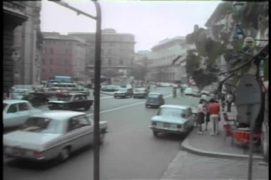 Car arriving at building entrance in Rome — Stock Video