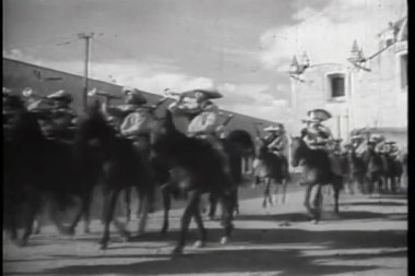 Procession of Mexican soldiers on horseback — Stock Video