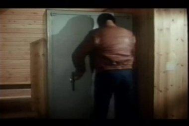 Zadní pohled na člověka v kožené bundě, otevírací dvířka skříňky — Stock video