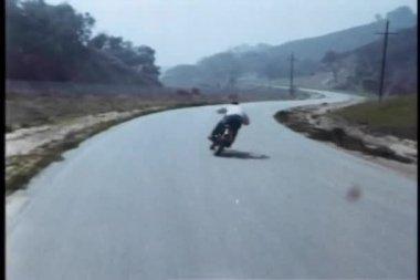 высокая скорость мотоцикл погони на проселочной дороге — Стоковое видео