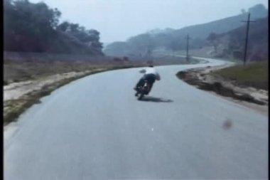 Persecución de motos de alta velocidad en carretera — Vídeo de stock
