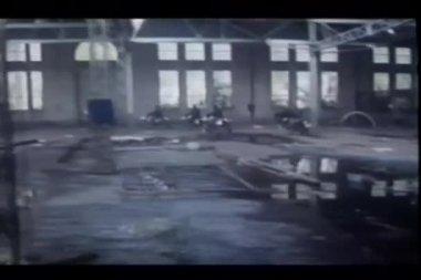 骑自行车的人离开帮会被遗弃的建筑物 — 图库视频影像