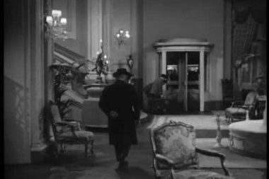 Hombre que fuera teatro de puerta giratoria — Vídeo de Stock