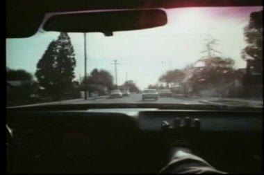 Hombre conduciendo a alta velocidad y persiguiendo a un vehículo en carretera — Vídeo de stock