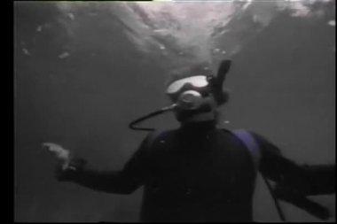Scuba diver swimming underwater — Stock Video