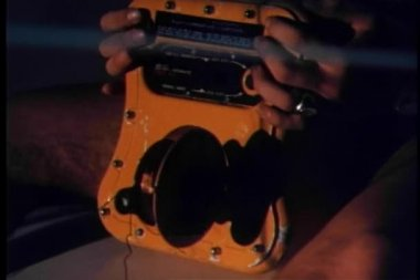 Man holding an old fashioned SOS signal radio — Stock Video
