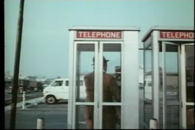 Man in telephone booth — Stock Video