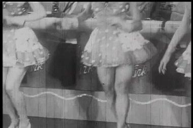 Medium skott av kvinnliga dansare dansar på scen — Stockvideo