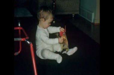 Bebé sentado en regalo de abertura de piso — Vídeo de Stock