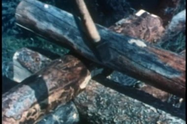 крупным планом рук с топором, маркировка бревен для строительства — Стоковое видео