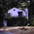 Establishing shot of house in the woods — Vídeo de stock