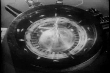 Close-up van croupier roulette spinnewiel — Stockvideo