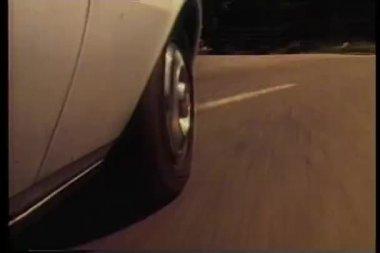 Close-up de táxi hub cair a roda do carro em movimento — Vídeo stock