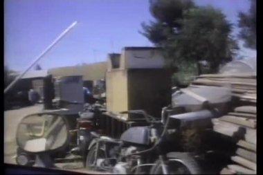 查看通过垃圾场驾驶的车窗外 — 图库视频影像