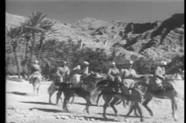 Marocká jezdectva nabíjení přes poušť — Stock video