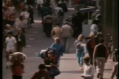 Wide shot walking down crowded street — Vídeo de stock