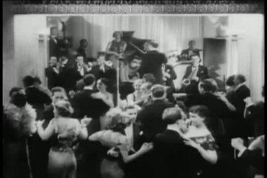 Gece kulübünde dans geniş shot çiftler — Stok video