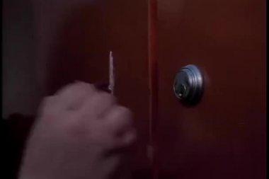 Close-up van zenuwachtig hand proberen te zetten sleutel in slot — Stockvideo