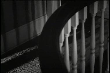 Hombre caminando lentamente en la casa y parada — Vídeo de stock