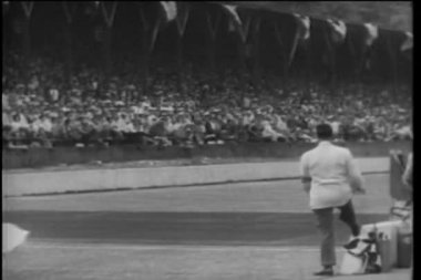 Men waving white flag at the Indy 500 — Stock Video