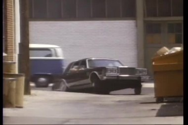 Car chase through back alley — Stock video