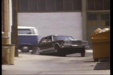 Car chase through back alley — Vidéo