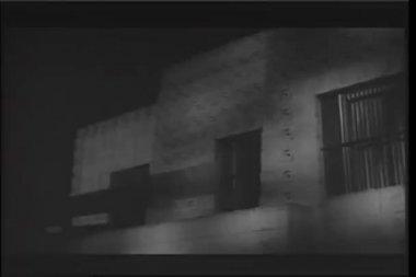 Casa de adobe cerca durante tormentas eléctricas — Vídeo de Stock
