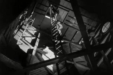 Hombre vista de ángulo bajo perdiendo el equilibrio en la escalera — Vídeo de stock