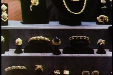 Zoom out jewelry store display — Stock Video