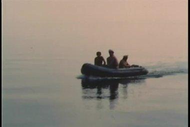 Quatre soldats traversant l'océan sur radeau gonflable — Vidéo