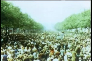 Crowd celebrating liberation on the Champs Elysees at the end of World War II — Stock Video
