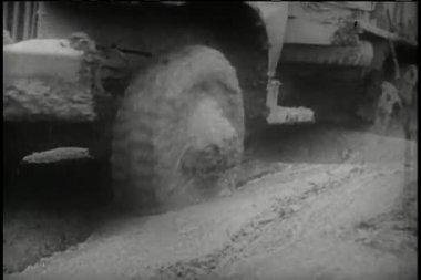 Camions de bas-angle de vue à travers de la route boueuse — Vidéo