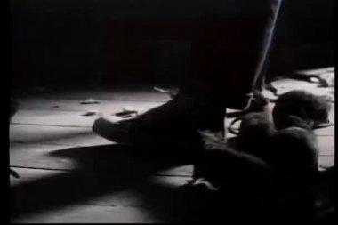 Karanlık odada ayaklar etrafında sürünen sıçan — Stok video