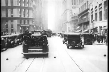 Police car chase through New York City streets, 1930s — Stock Video