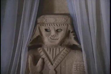 Zoom in to eye peering through eye opening in statue — Stock Video