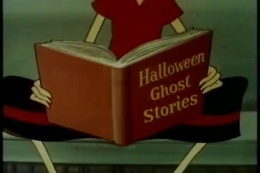 Close-up persona leyendo historias de fantasmas de halloween — Vídeo de stock