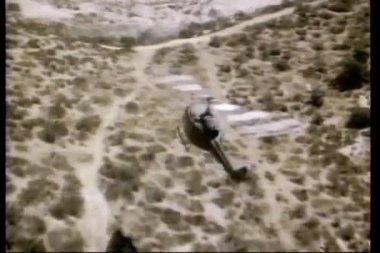 Flygfoto över en helikopter flyger över öknen — Stockvideo