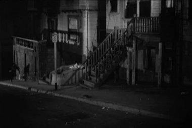 Hombre corriendo en la acera y sube las escaleras — Vídeo de stock