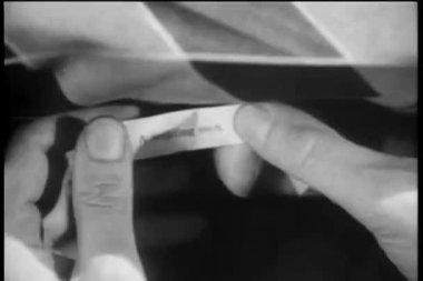 特写的手敲开幸运饼干 — 图库视频影像