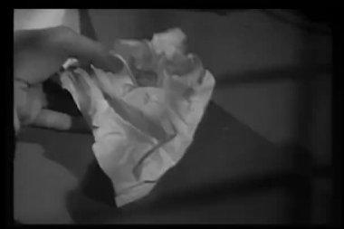 Close-up mãos abrindo a folha amassada de papel — Vídeo stock