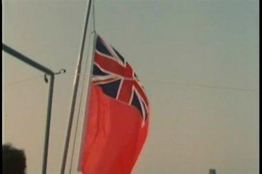 Reduzindo a bandeira da marinha britânica e levantando a bandeira espanhola — Vídeo Stock