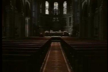 Tiro largo buscando pasillo iglesia vacía — Vídeo de Stock