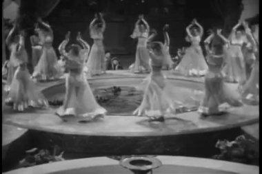 Dançarinas de vista alto ângulo realizando no harém — Vídeo Stock