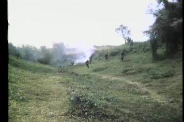 żołnierz polowanie w dół wrogów — Wideo stockowe