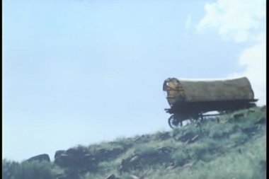 Covered wagon falling down hill — Stock Video