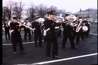 Wide shot of marching band in parade — Stock video