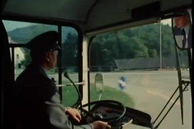 Buschauffeur op het werk — Stockvideo