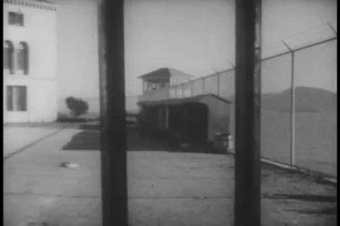 Vista de la fom de patio de prisión tras las rejas — Vídeo de Stock